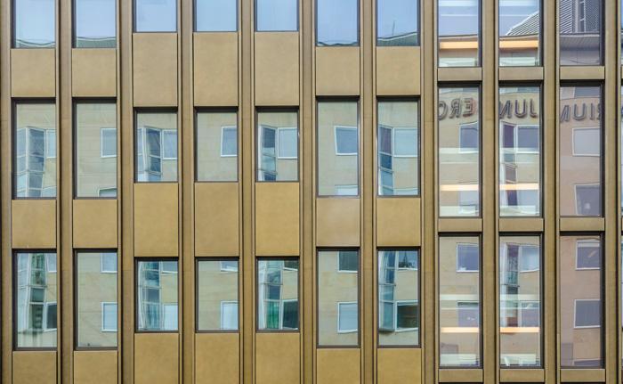 Nya fönsterstorlekar och variationen i plåtens målningsbehandling har gett fasaden en helt ny rytmisering.